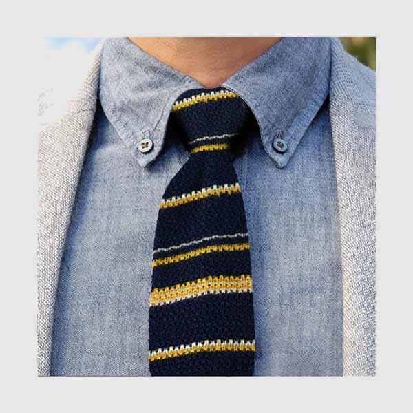 Cravatta tricot blu con righe gialle