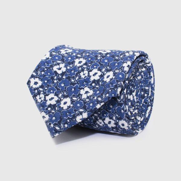 Cravatta 5 pieghe con fiori grandi bianchi e blu