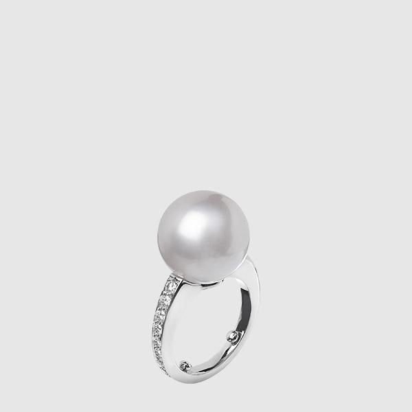 Platinum ring with round diamonds and Australian pearl