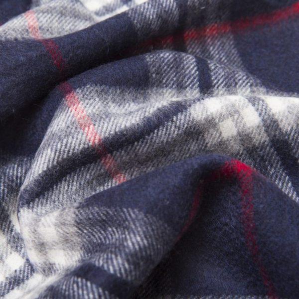 Sciarpa sfrangiata tartan blu bianco e rossa in Cashmere