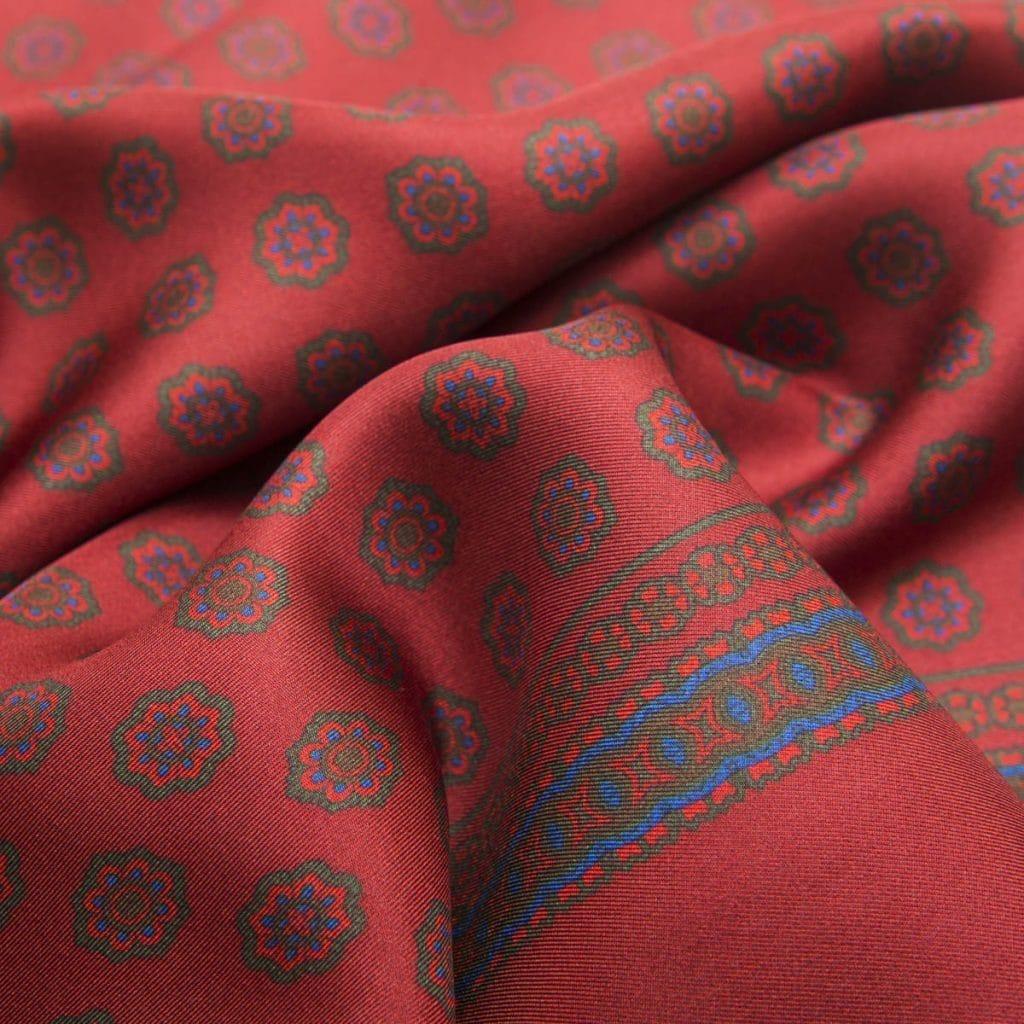 Sciarpa in Seta Italiana Rosso Cartier con fantasie stampate