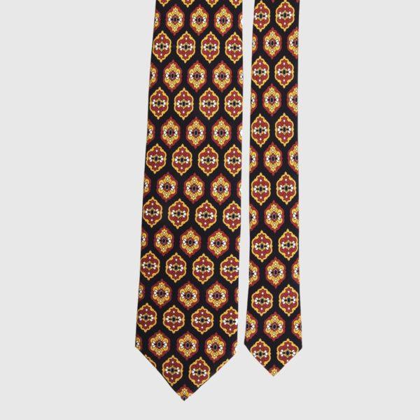 Cravatta di seta in ambra e medaglione nero