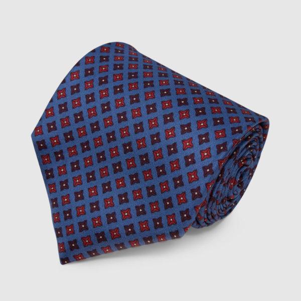 Dusty Blue con cravatta in seta a pois quadrati rossi